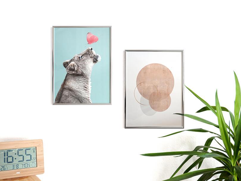Desenio zwei Poster Löwe und Kreise im Rahmen